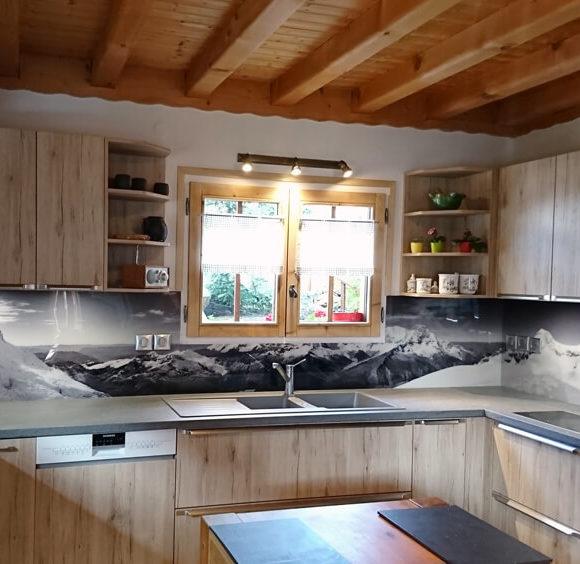 Une cuisine chaleureuse prend place dans un gîte