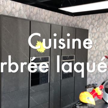 DESTOCKAGE avant travaux – Cuisine marbrée avec façades tout en hauteur