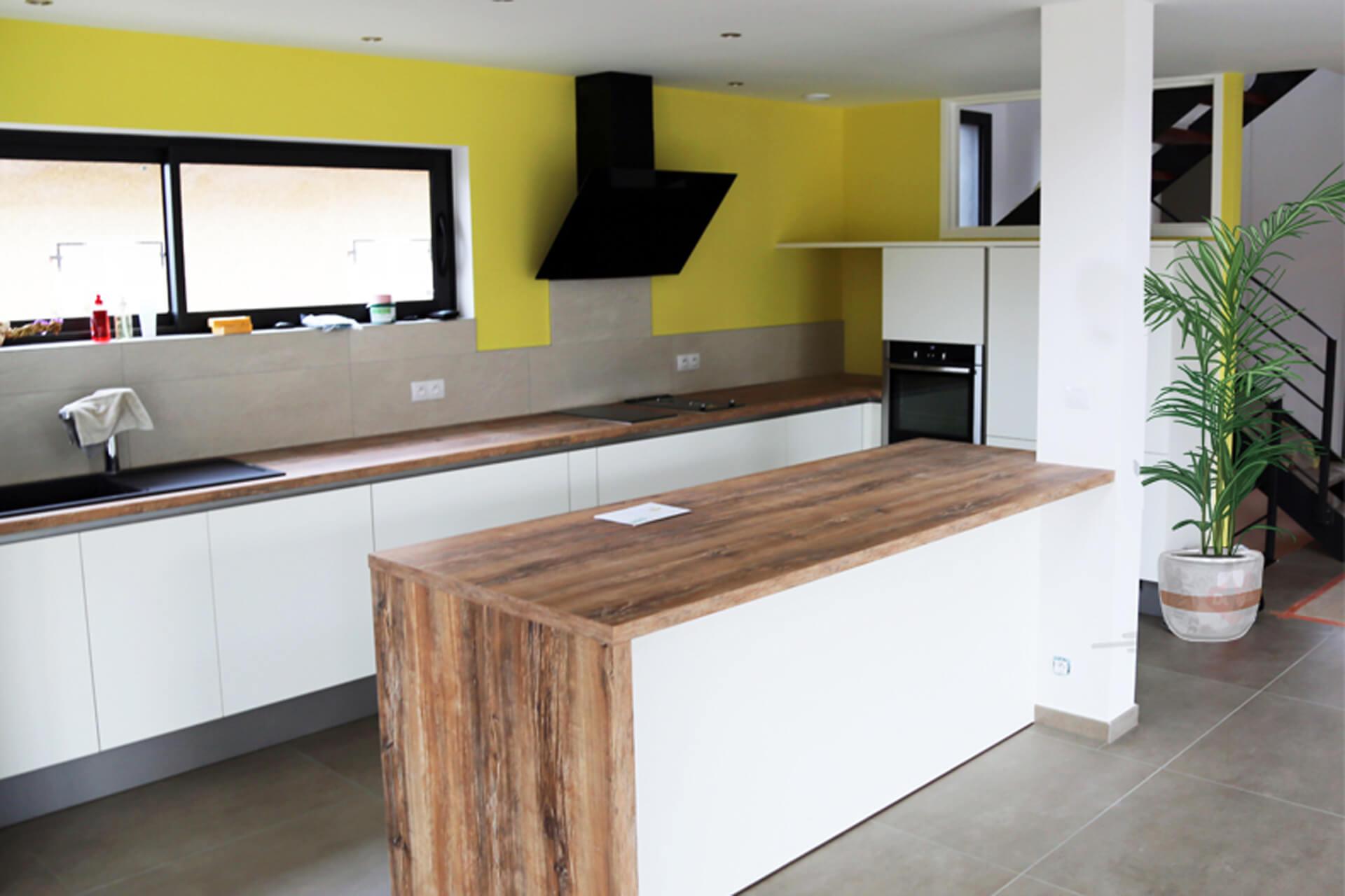 une cuisine avec un plan de travail en bois | ai-cuisines thonon
