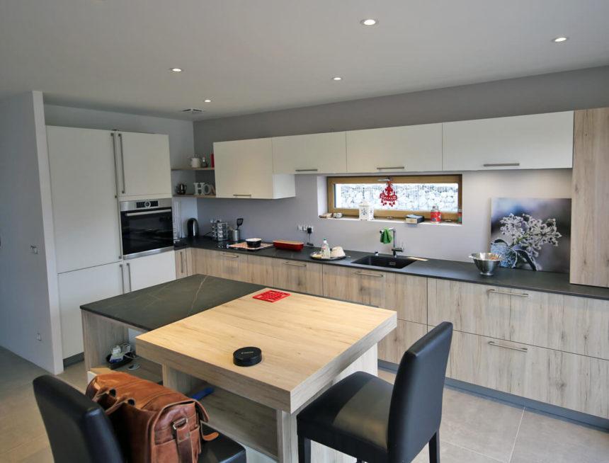 Implantation d'une cuisine dans une maison cubique