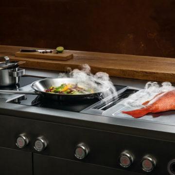 La table de cuisson avec hotte intégrée : démonstration au showroom